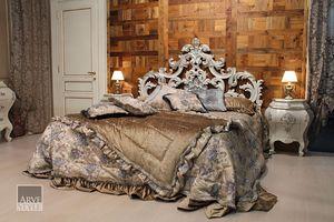 Letizia Bett, Bett mit einem wunderschönen geschnitzten Kopfteil