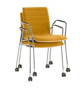 Q2 WIM, Stapelbarer Stuhl auf Rollen, ausgestattet mit Schreibplatte