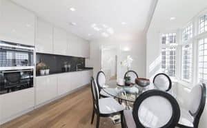Kochen entwickelt AS design, Küche mit Säulen und top lackiert, Granit, funktional und elegant, Oberflächen in verschiedenen Materialien
