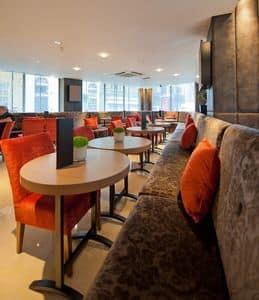 Radisson Hotel maßgeschneiderte Tische, Stehtische oval, individuell für das Hotel Radisson gemacht