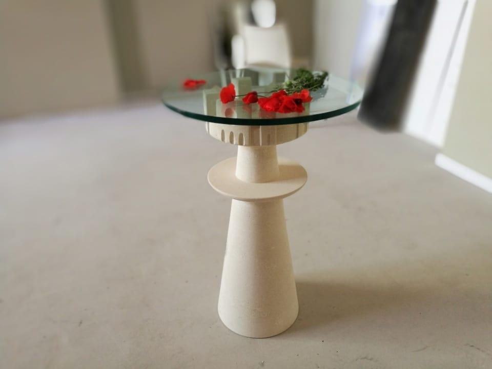 Agorà, Tisch mit Glasplatte, geschnitzt Steinsockel