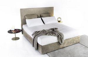 Alice, Gepolstertes Bett mit gesteppter Stickerei