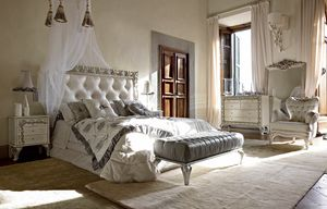 Angelica Bett, Bett mit getuftetem Kopfteil und einem kostbaren geschnitzten Rahmen