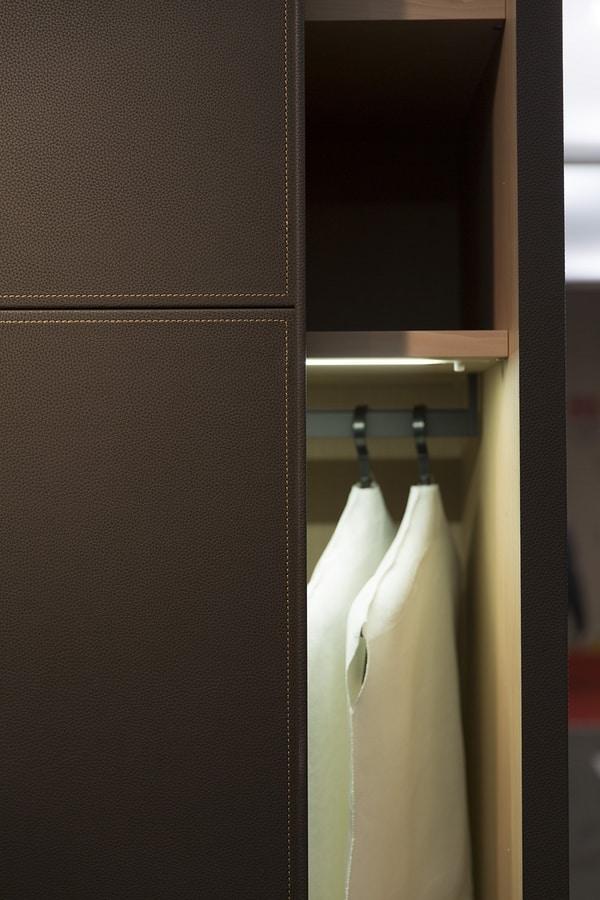 ARKON, Kleiderschrank mit Schiebetüren in Leder überzogen