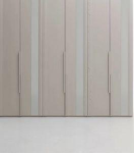 Avenue, Kleiderschrank mit lackierten Glaseinsätzen