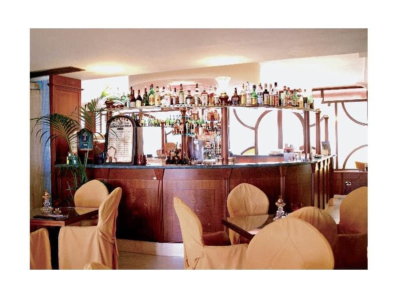 Regency Hotel 2, Made- on- Maßnahme Bartheke, feine Holzstruktur, Marmor