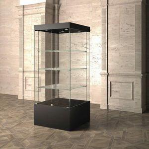 Museum MU/80, Vitrine mit Glasböden