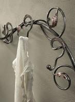 AT/500, Wandgarderoben aus Schmiedeeisen dekoriert